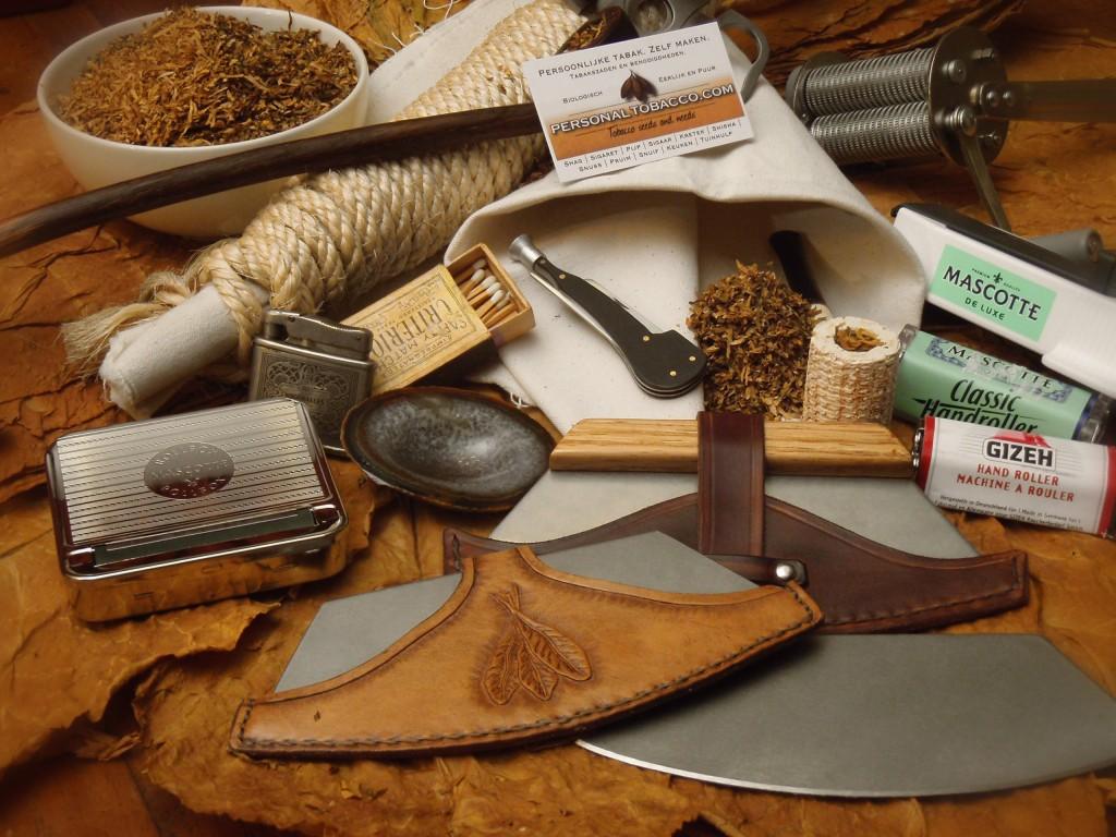 Impressie van het zelf tabak telen, chavetta's, tabaksmolen, handrollers, klapdozen, canvas persdoek voor pijptabak, pijpstopper, hulzenstopper etc